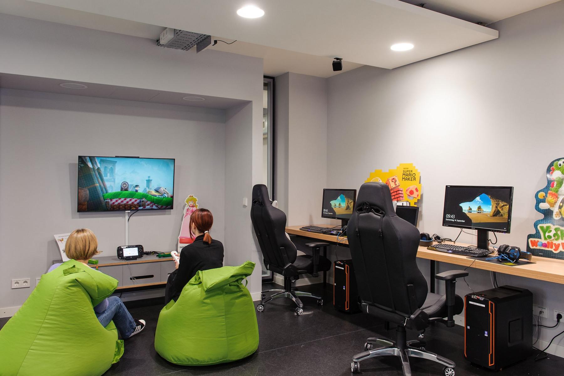 Der Gaming-Raum mit PCs und Konsolen